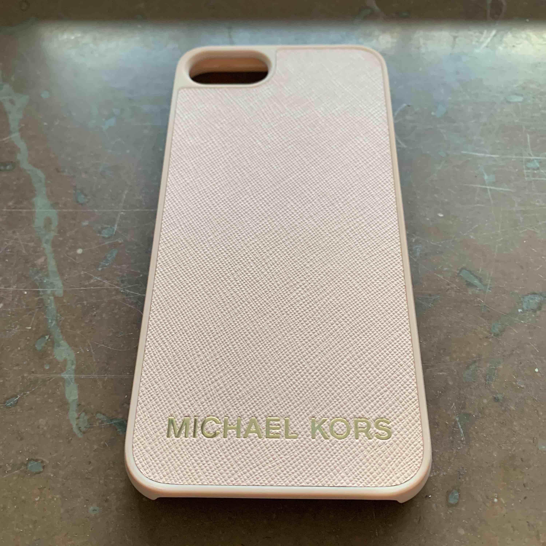 Oanvänt skal från Michael Kors till iPhone 7. Inga repor/skråmor etc överhuvudtaget.. Accessoarer.
