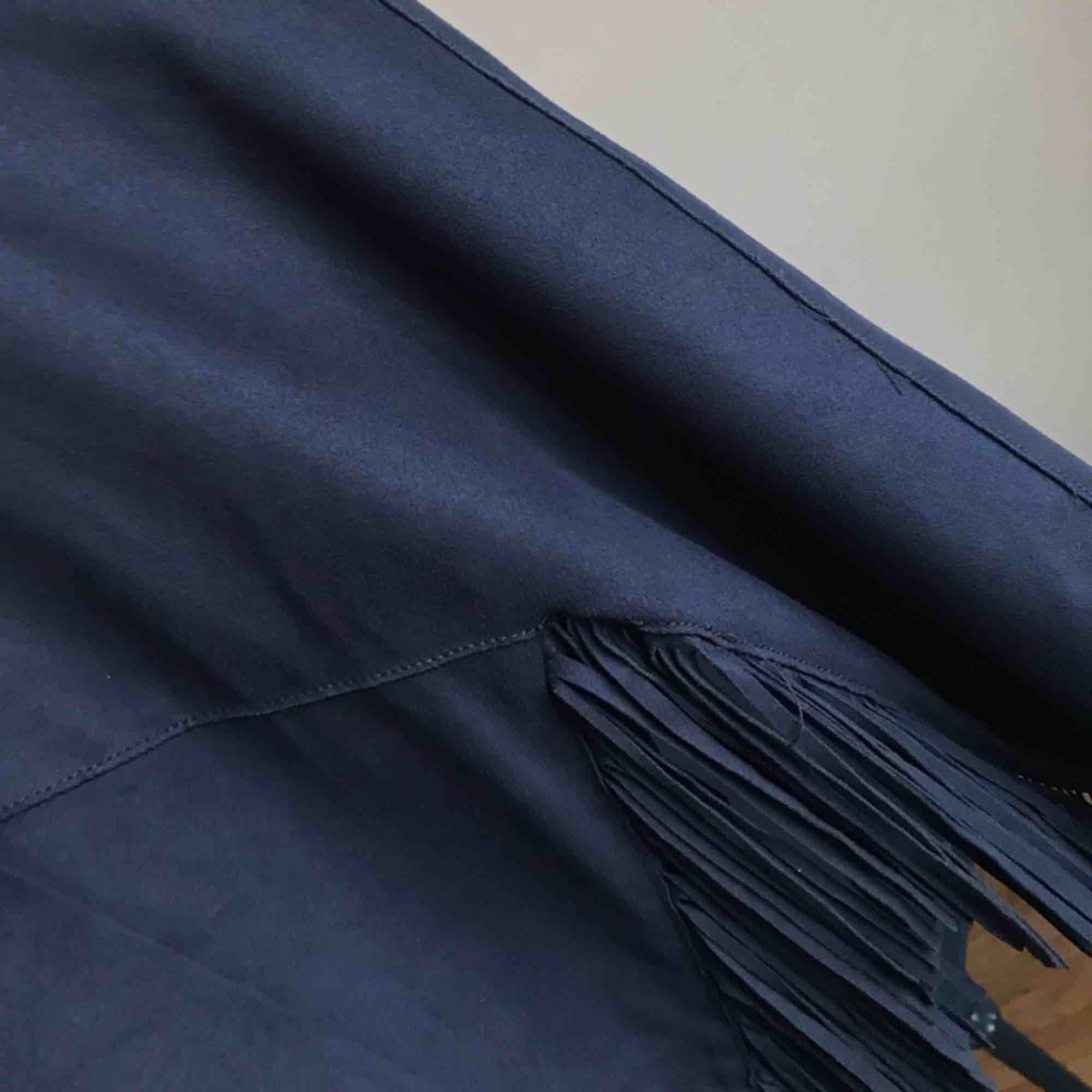 Mörkblå, midjekort mockatop från Zara. Använd endast en handfull gånger.  Kan mötas i Göteborg eller skicka med post (köparen betalar frakt). Kostymer.