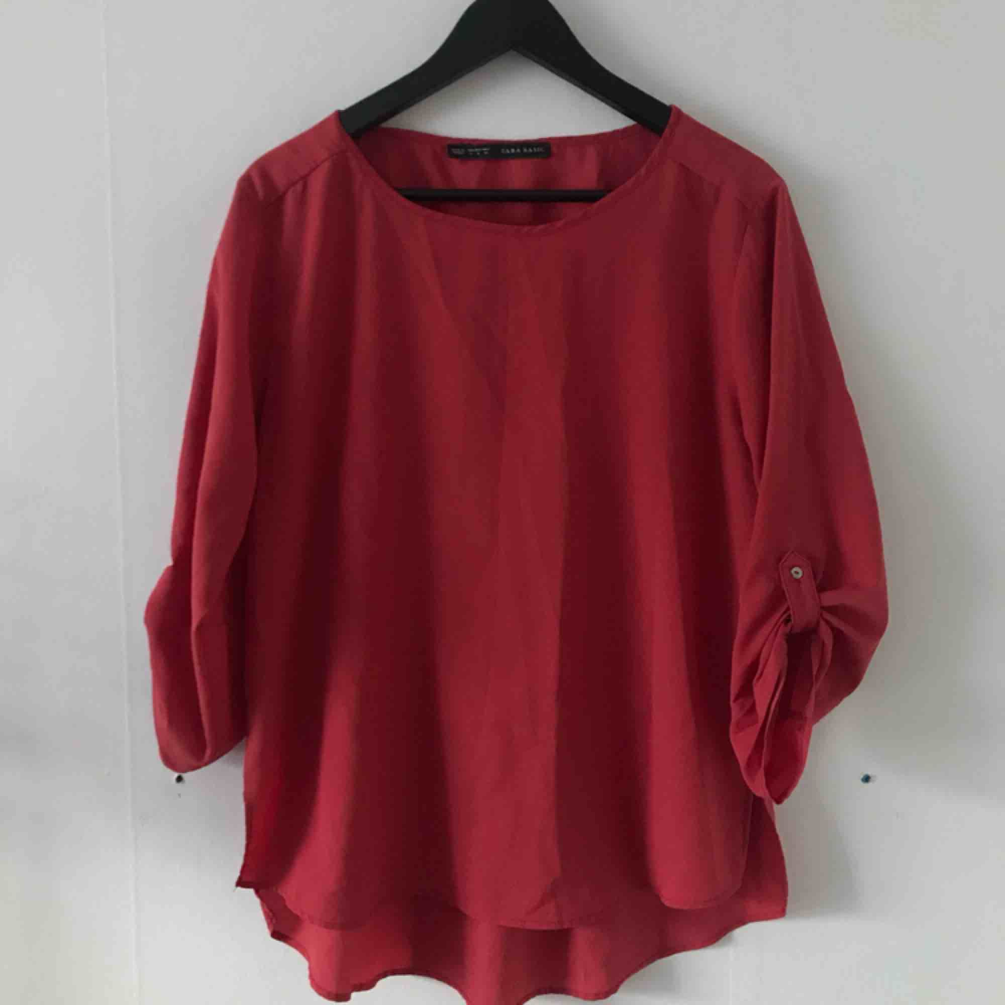 Rostfärgad blus från Zara Basic. Använd men i bra skick. Kan mötas i Göteborg eller skicka med post (köparen betalar frakt). Blusar.