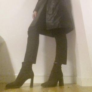 Svarta jeans från Acne Studios i stl 26/32. modellen heter Row Black, det är typ en uppdatering på deras klassiker Pop med lite smalare ben men fortfarande croppad och med normal midja. Sparsamt använda och i perfekt skick. Dyra i inköp. Frakt 55 kr. PS. skorna säljs i en annan annons