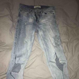 Slitna jeans från zara, stretchiga! Använd fåtal ggr samt har klippt hålet på ena sidan! Frakt 50 kr ❤️