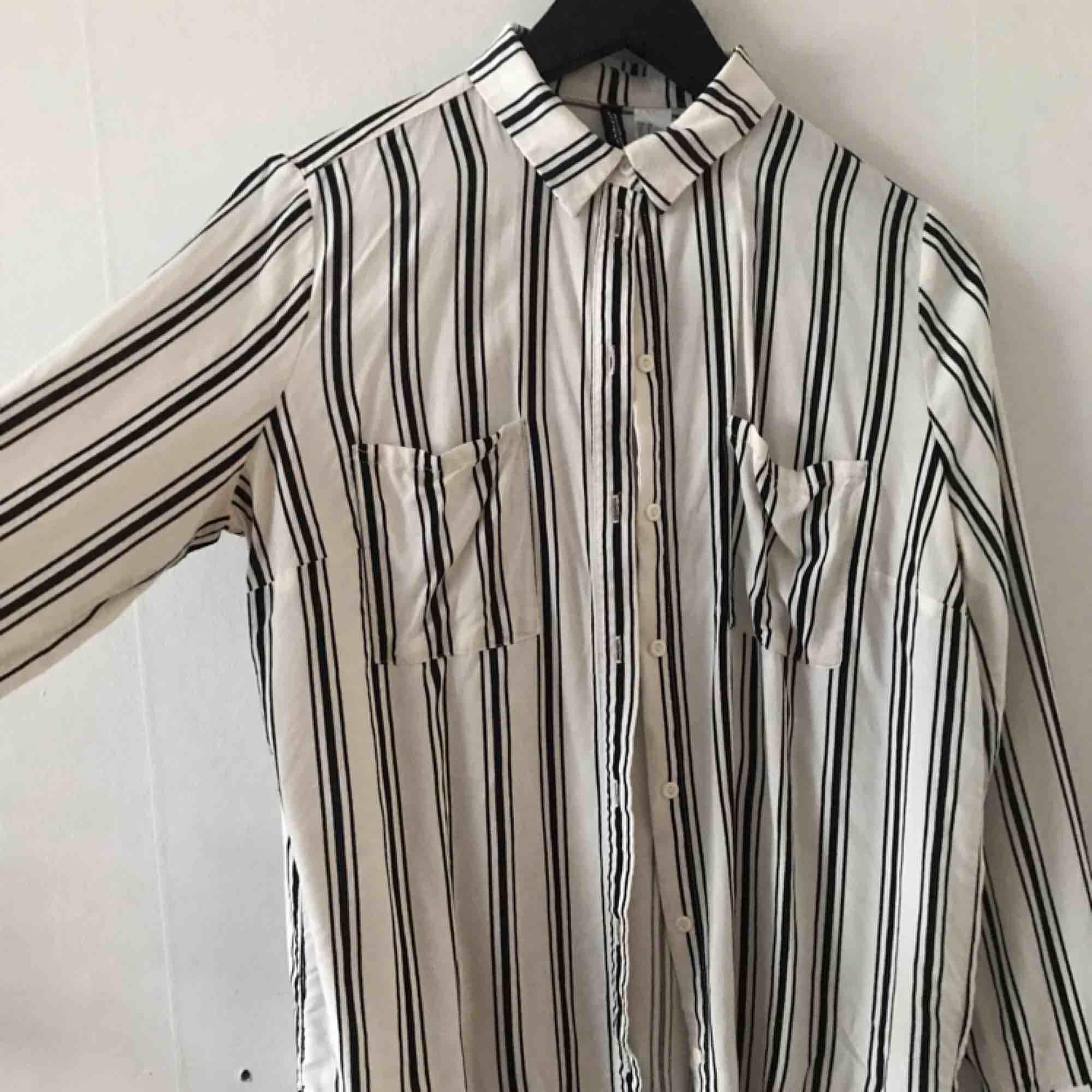 Randig skjorta från H&M. Använd men i bra skick.  Kan mötas i Göteborg eller skicka med post (köparen betalar frakt). Skjortor.