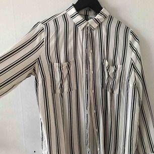 Randig skjorta från H&M. Använd men i bra skick.  Kan mötas i Göteborg eller skicka med post (köparen betalar frakt)