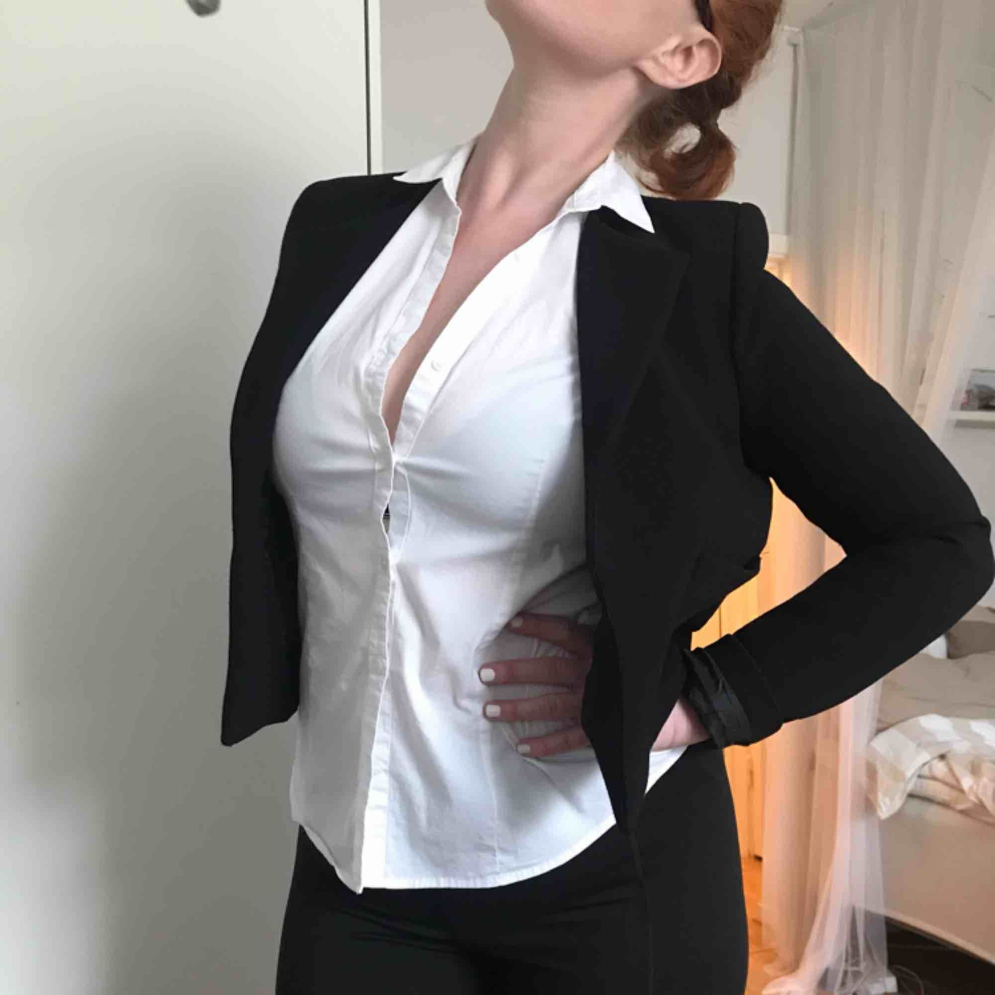 Svart midjekort kavaj från H&M. Använd endast en handfull gånger. Kan mötas i Göteborg eller skicka med post (köparen betalar frakt). Kostymer.