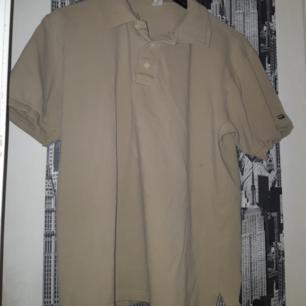 Beige/ljusbrun tröja med krage, köpt på secondhand men i gott skick!