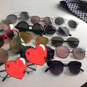 11 par solglasögon. Styckpris: 25 kronor.   Kan mötas upp i Kalmar, annars står köparen för frakt på 39 kronor. Två är sålda.