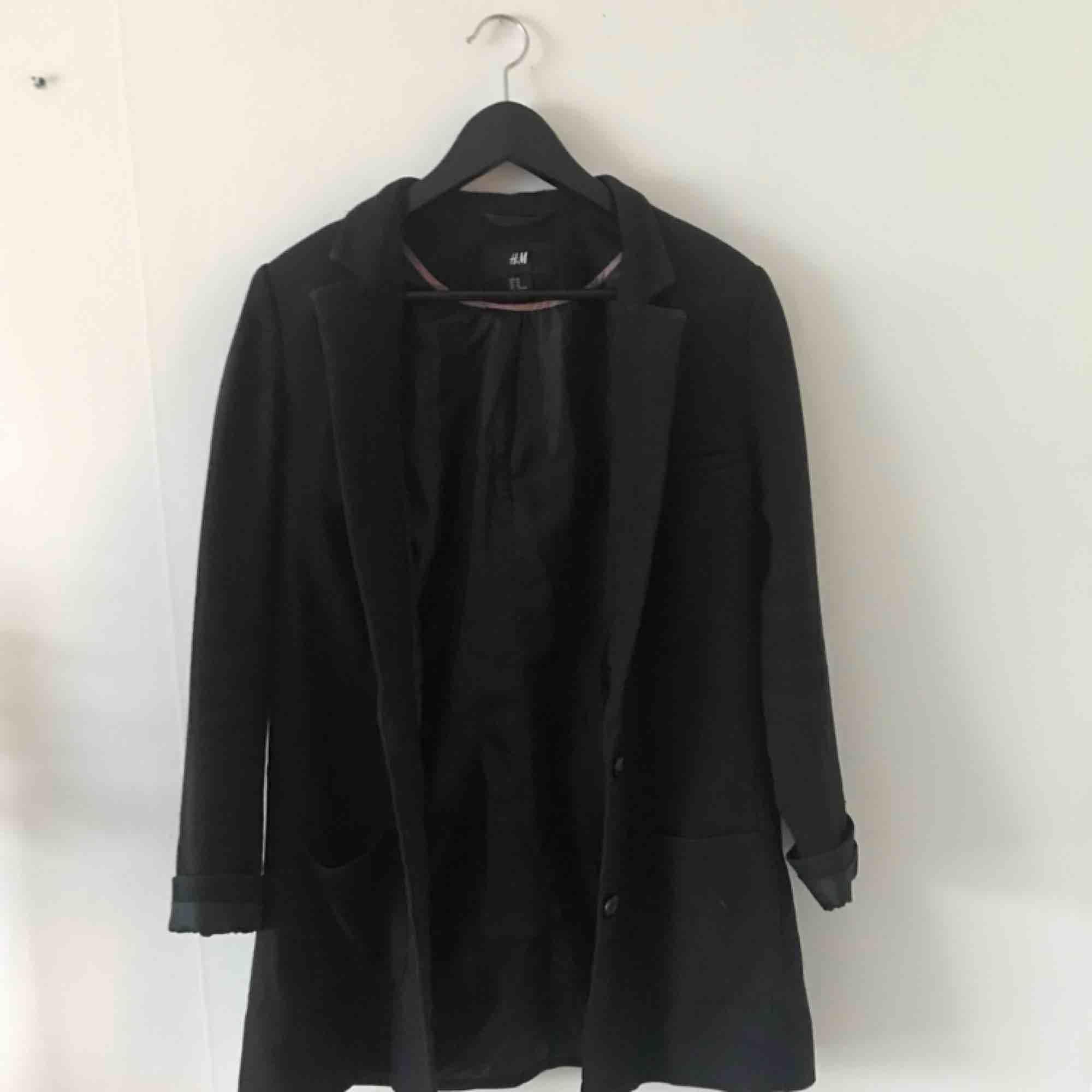Svart kavaj från H&M. Aningen längre modell. Använd men i gott skick. Kan mötas i Göteborg eller skicka med post (köparen betalar frakt). Kostymer.