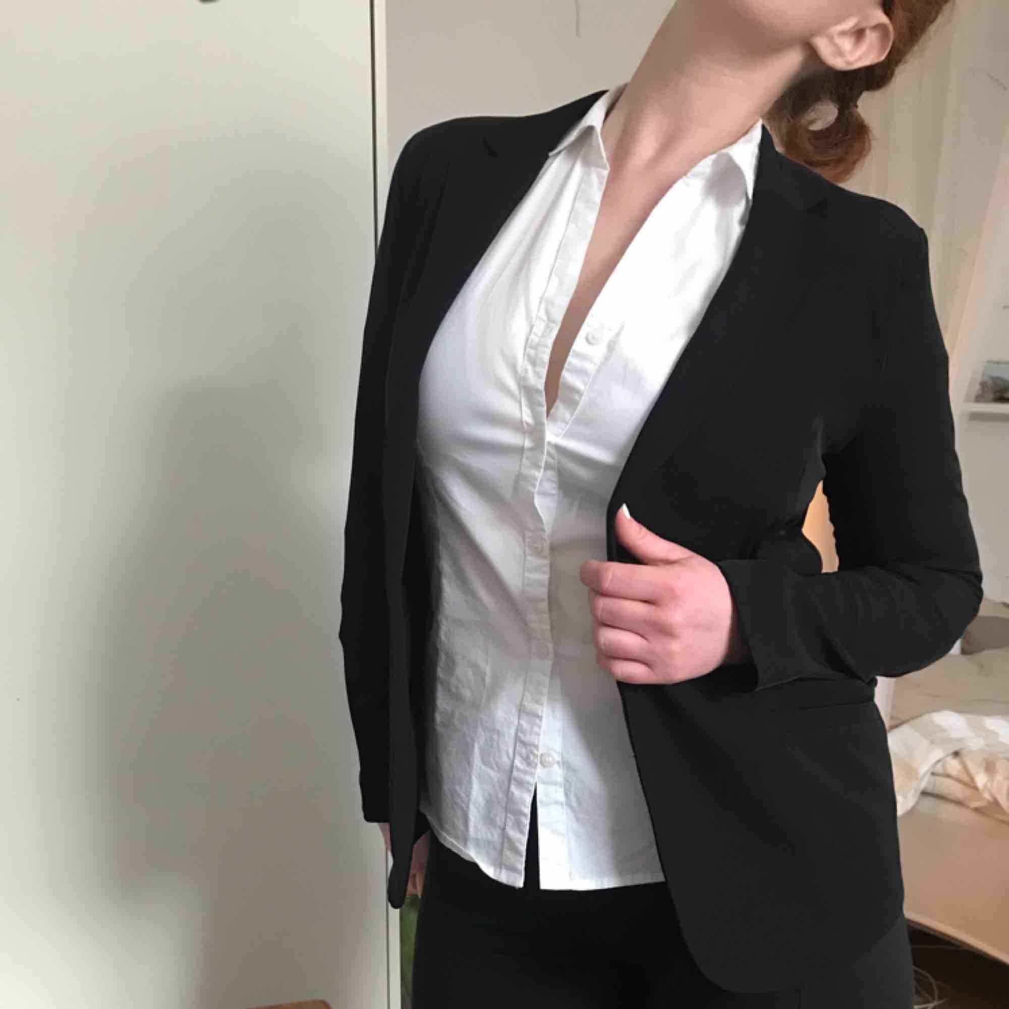 Svart, tunnare kavaj från H&M. Använd men i bra skick. Kan mötas i Göteborg eller skicka med post (köparen betalar frakt). Kostymer.