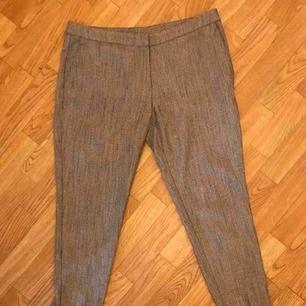 Grå kostymbyxor från H&M. Sparsamt använda. Står ingen storlek men passar bra på 40/42. Midrise waist och lite kortare byxben. Kan mötas i Göteborg eller skicka med post (köparen betalar frakt)