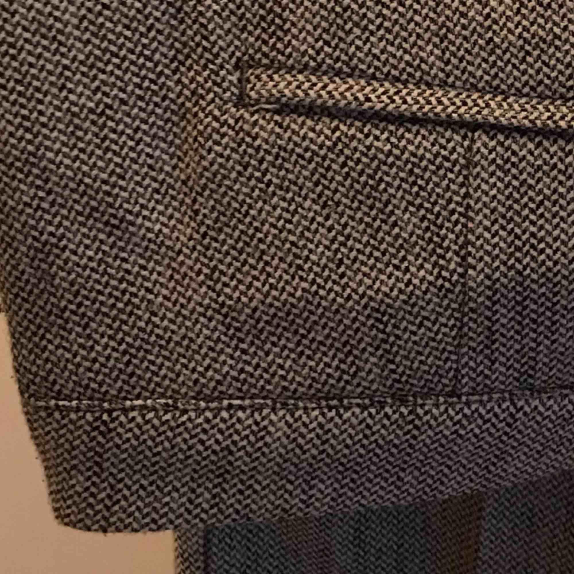 Grå kostymbyxor från H&M. Sparsamt använda. Står ingen storlek men passar bra på 40/42. Midrise waist och lite kortare byxben. Kan mötas i Göteborg eller skicka med post (köparen betalar frakt). Jeans & Byxor.