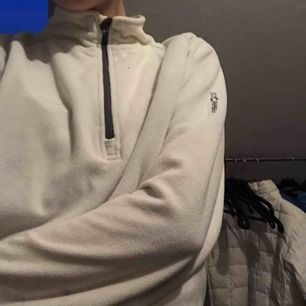 Mysig hoodie med dragkedja🌸 ganska tunt material vilket gör att den är skön på våren. Frakt inräknat i priset💞💞
