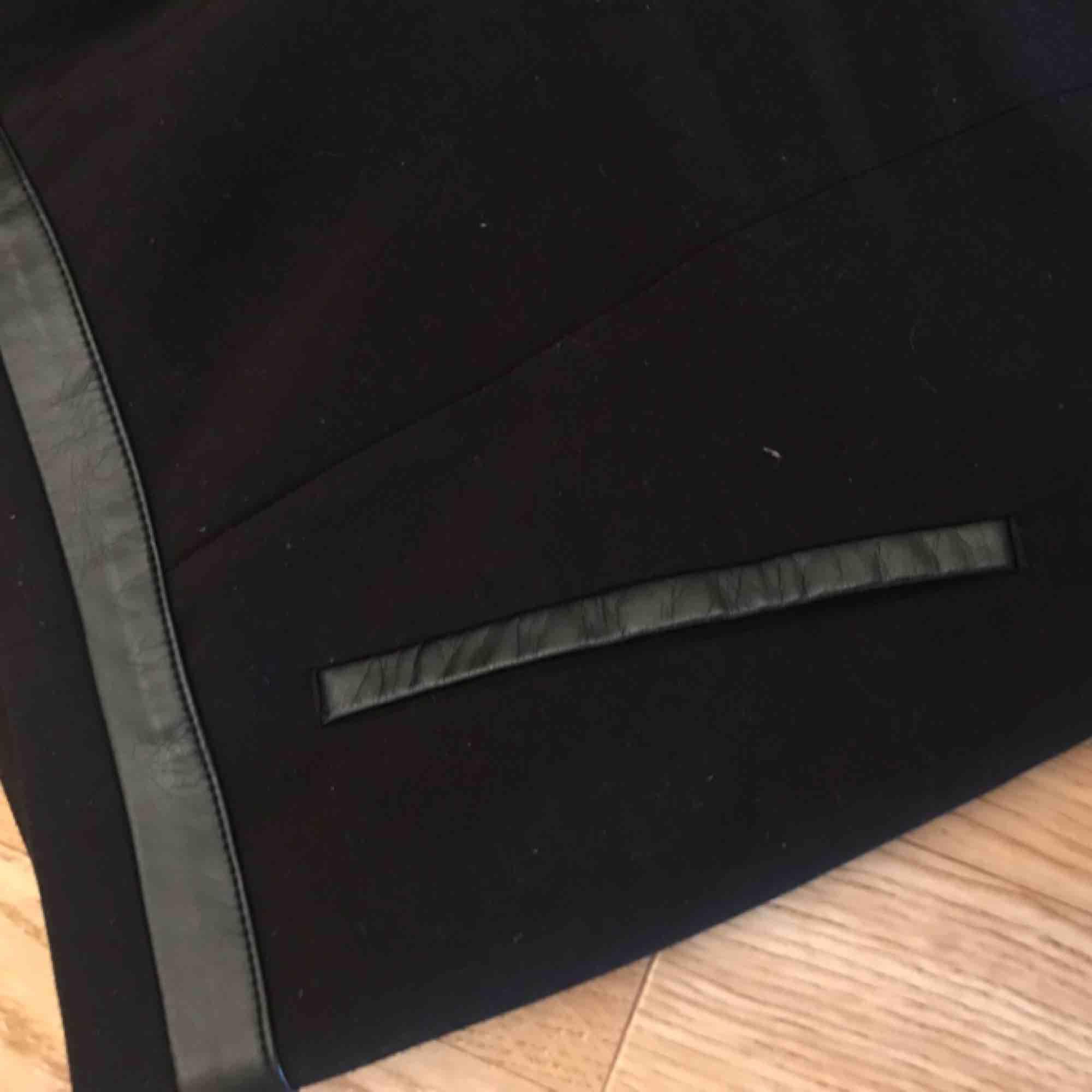 Svarta kostymbyxor med (fake)skinndetaljer från H&M. Knappt använda. Kan mötas i Göteborg eller skicka med post (köparen betalar frakt). Jeans & Byxor.