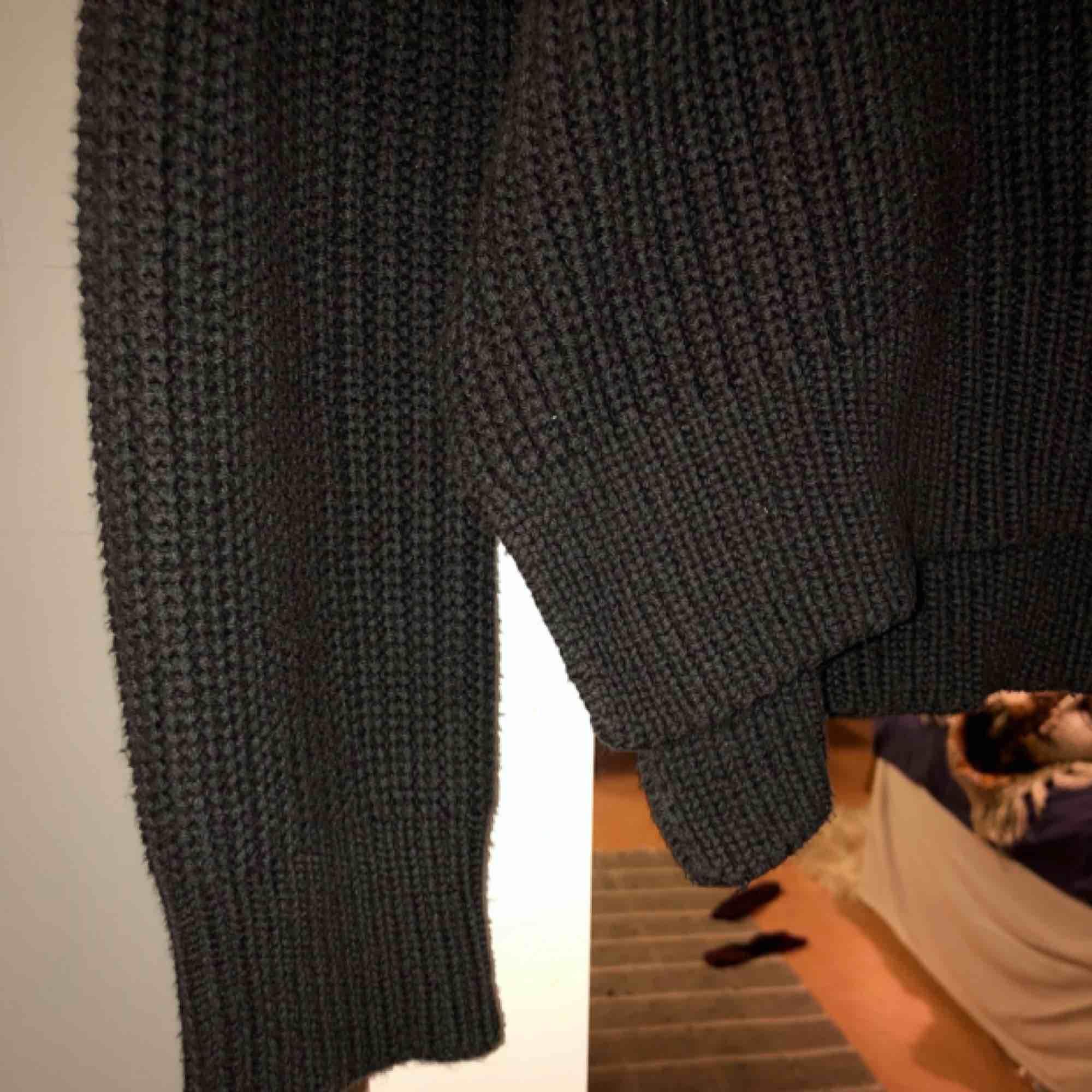 Stickad tröja från H&M, normal i passform. Färgen är mörkgrå/svart. Ser ny och fin ut! Fri frakt!. Stickat.