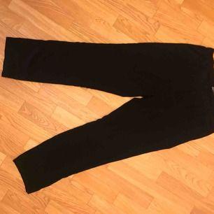 Tunna, svarta byxor från H&M. Använda men i gott skick. Kan mötas i Göteborg eller skicka med post (köparen betalar frakt)