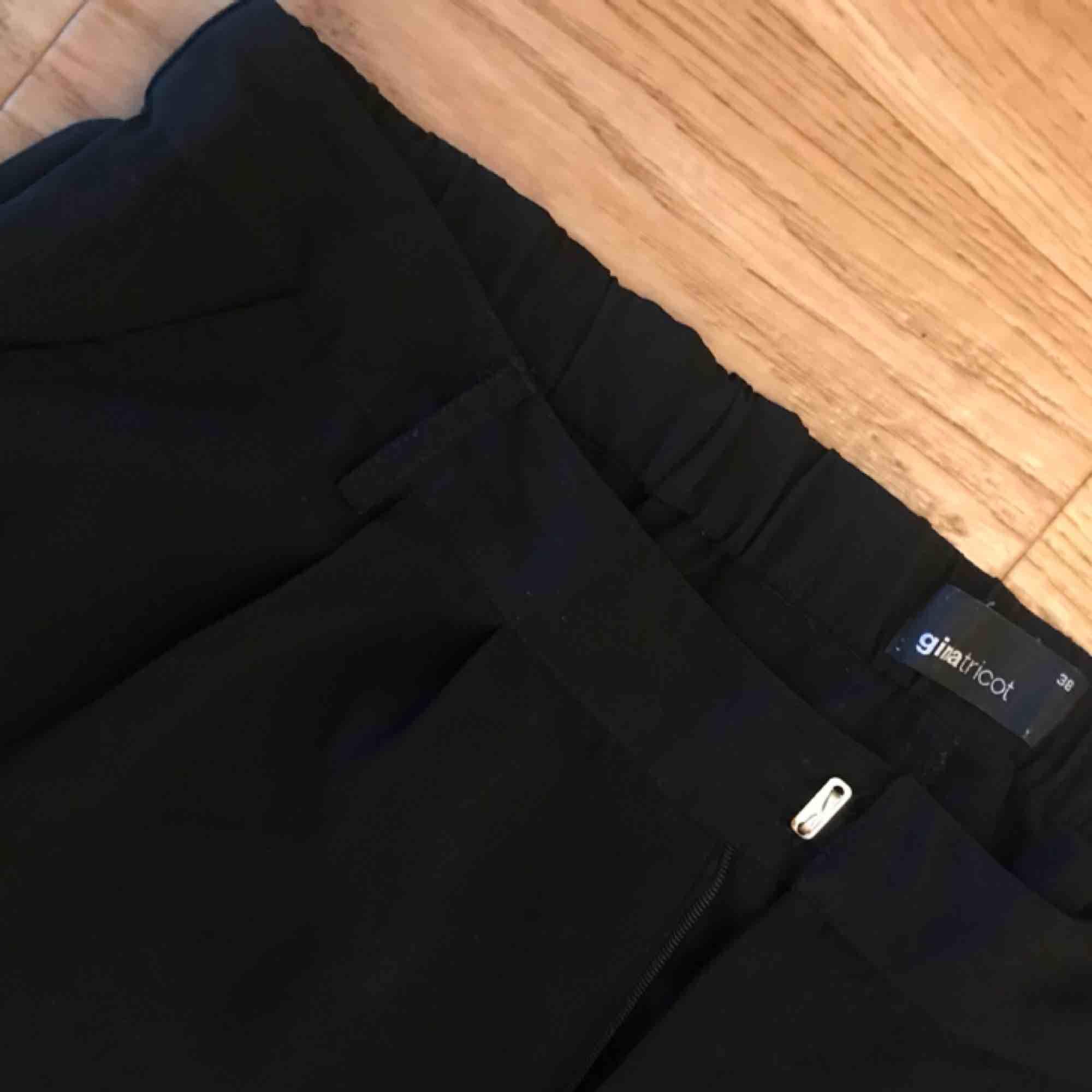 Tunna, svarta byxor från H&M. Använda men i gott skick. Kan mötas i Göteborg eller skicka med post (köparen betalar frakt). Jeans & Byxor.