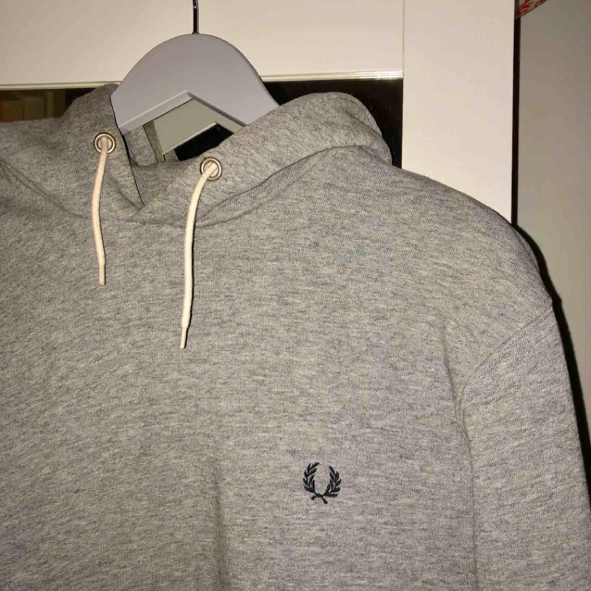 Nice hoodie från Fred Perry. Är förmodligen herrstorlek men jag har använt den som lite oversized, har normalt storlek S.  Nypris 899kr. Fri frakt! . Huvtröjor & Träningströjor.