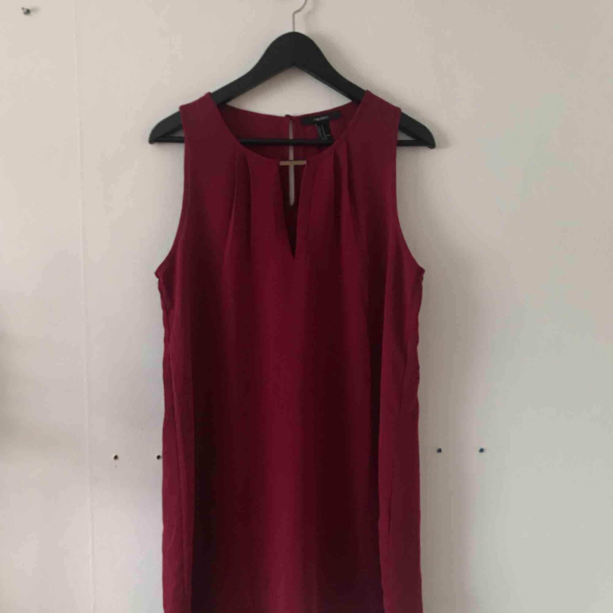 Vinröd kort klänning. Använd endast ett fåtal gånger och i gott skick. Kan mötas i Göteborg eller skicka med post (köparen betalar frakt). Klänningar.