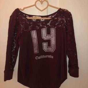 Vinröd tröja från Hollister.