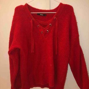 Röd, tjock stickad tröja från bikbok.
