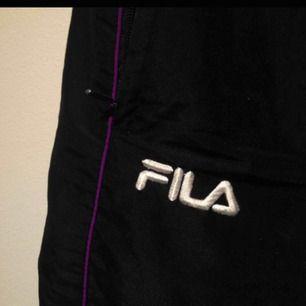 Snygga vintage Fila trackpants i bra skick. Köpte på humana i Sthlm. Säljer pga att dom inte kommer till användning.   Finns snörning i midjan så storleken går att reglera mycket.  Kan mötas upp i Sthlm eller frakta men då tillkommer 60kr.