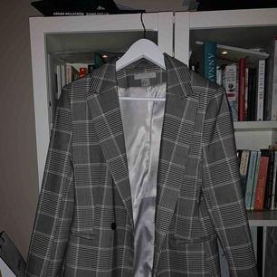 H&M VINTAGE-LOOK BLAZER Skitsnygg blazer m slight oversize fit på mig som vanligtvis är 36a, säljer då jag har för många! Ball att styla m vintage blåa jeans och en enkel vit tisha. Frakt tillkommer!