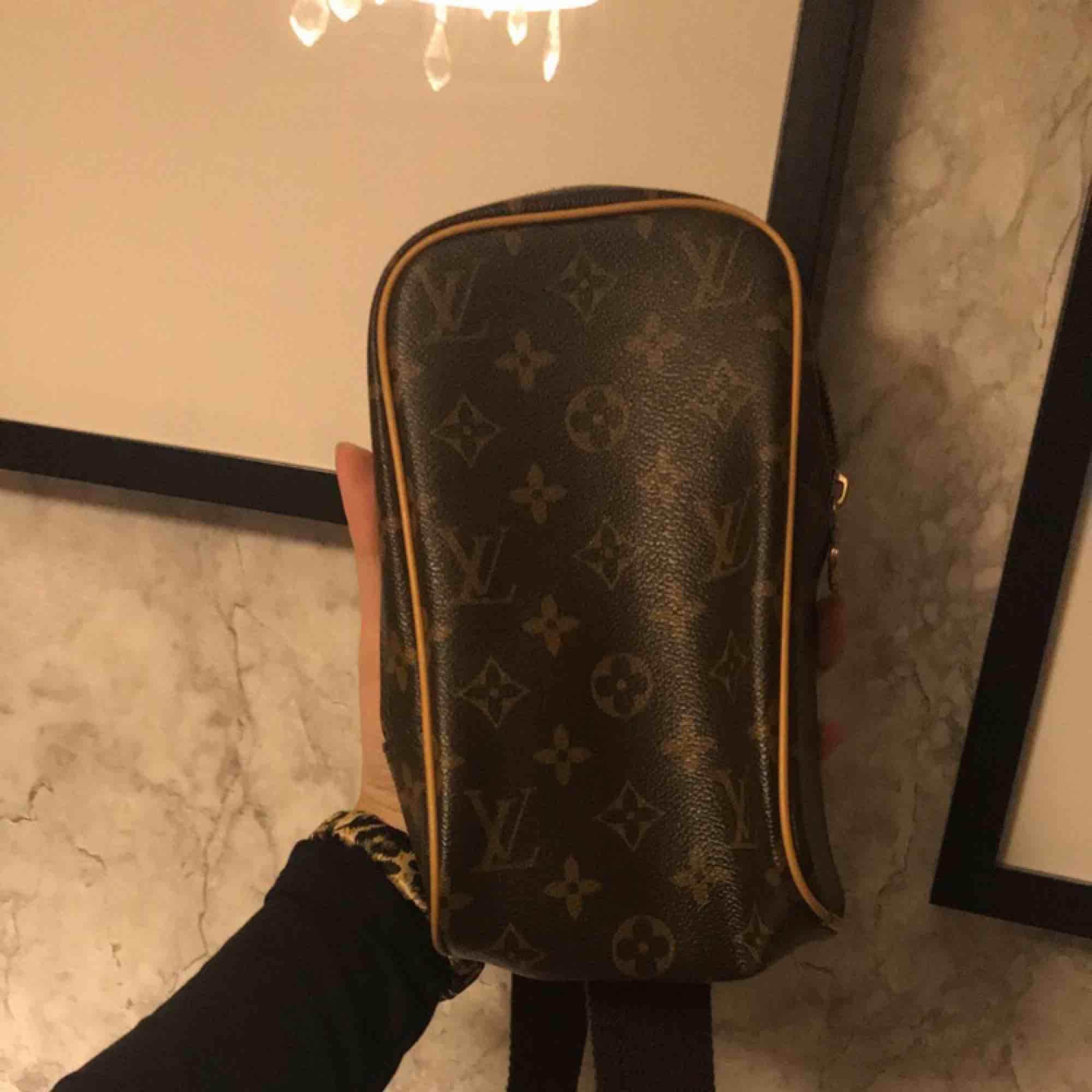 Jätte fin crossbody väska, inte äkta men ser äkta ut. Går även att använda som midjeväska då bandet går att justera . Väskor.