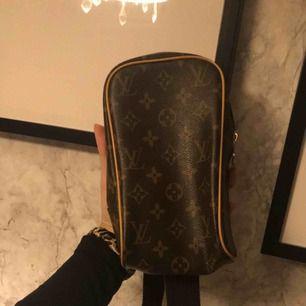 Jätte fin crossbody väska, inte äkta men ser äkta ut. Går även att använda som midjeväska då bandet går att justera