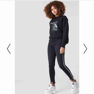 Säljer ett par jeans från NAKD, i strl 38 men sitter mer som en 36. Aldrig använda, endast provade💫🌸 möts upp i örebroområdet, fraktar annars men då står köparen för frakten!