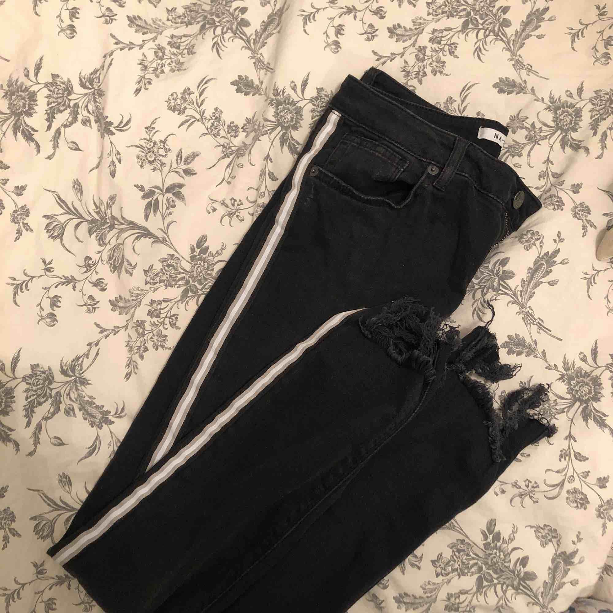 Säljer ett par jeans från NAKD, i strl 38 men sitter mer som en 36. Aldrig använda, endast provade💫🌸 möts upp i örebroområdet, fraktar annars men då står köparen för frakten! . Jeans & Byxor.