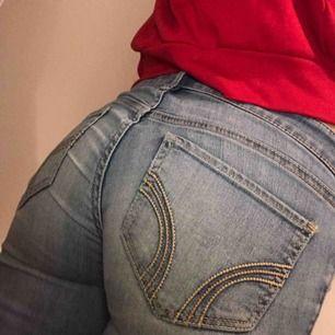 Ljusblå jeans från hollister med ett litet hål på ena knäet som knappt syns på bild men enkelt går att göra större!  W24 L29 passar xs, låg midja 😊