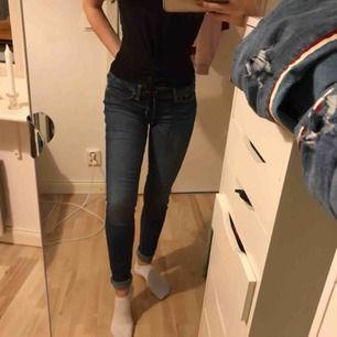 Mörkblå jeans från hollister! W25 L31 passar xs/s, mellan hög midja 😊