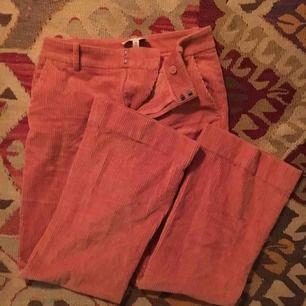 rosa utsvängda manchesterbyxor från &otherstories!