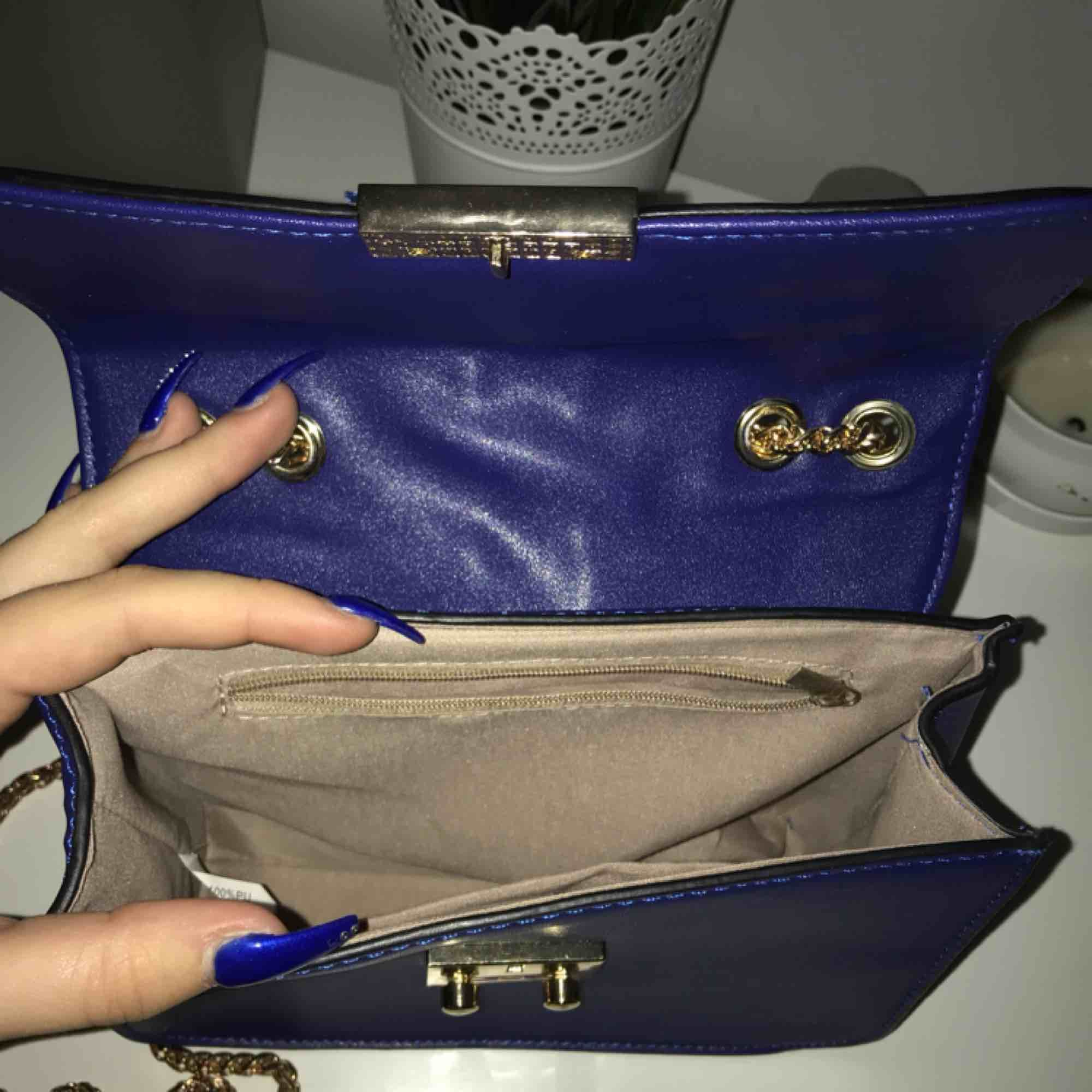 En fin väska från scoretts märke TIAMO. Blå med guldiga detaljer. Bara använd en gång. Möts helst upp i Göteborg men om man vill ha den fraktad så får du som köpare stå för frakten❤️ originalpriset är 499kr. Väskor.