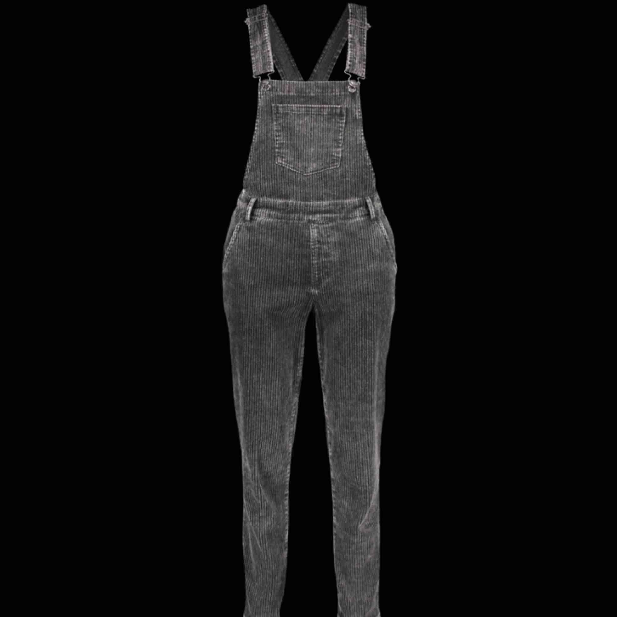 snygga hängselbyxor, säljes pga ingen användning! (jag på bilden) väldigt skönt material!. Jeans & Byxor.