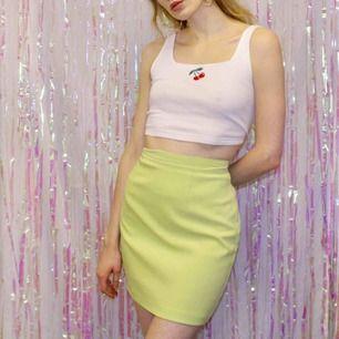 🍒LIME🍒 Älsklings limegröna kjolen måste få ett nytt hem. Materialet påminner lite om mocka och är mjuk och fin. Finast på sommaren med en gullig topp. Strl:M. Frakt tillkommer. Puss o k🍒