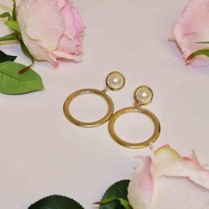 """🍒OLD RICH LADY🍒 Gurrrrlll, dessa fina örhängen är livets bling. Runda örhängen med pärlemo-liknande cirkel upptill och """" """"guld""""hoop nedtill. Classy Old rich lady vibezzz only. Frakt tillkommer. Puss o K🍒"""