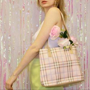 🍒🌸🍒 Denna clueless väska är 2 QT. Den är rosa rutig och sååå fin till babypink 90-tals outfits. Den har tyvärr några fläckar därav priset. Skickar gärna fler bilder på fläckarna. Frakt tillkommer. Puss o K🍒