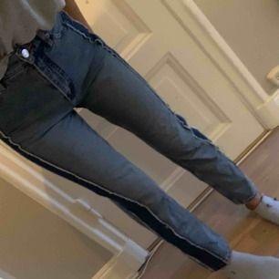 Jeans från monki med snygg detalj på sidan, använda 2 gånger. Kan mötas upp eller att köparen betalar frakt