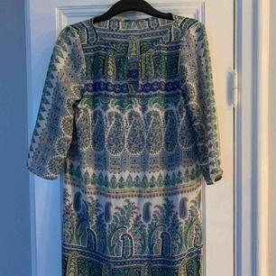 Bohemisk klänning med tunnare material. Kan mötas upp i Stockholm eller att köparen står för frakten om den ska skickas.