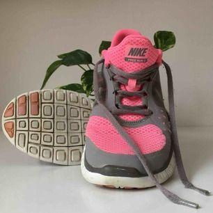 Rosa/grå Nike free run i storlek 39. Supersköna och lätta! Skulle säga att de är i fint begagnat skick, med lite mindre skavanker här och där (se bild 3). 🌻
