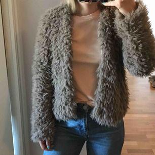 Fluffig & mysig 'Wanda' kofta från Gina Tricot i beige/brun färg, knappt använd så säljer pga att den kan komma till större användning hos någon annan 🎀 100kr (+ frakt tillkommer). Kan mötas upp i Norrköping/Katrineholm