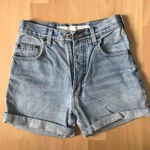 Säljer mina perfekt högmidjade jeansshorts i vintage-stil som från början är ett par avklippta jeans. De är använda men i bra skick! Säljer pga har växt ur dem :( Köparen betalar eventuell frakt (45 kr)