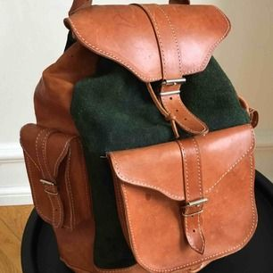 Säljer denna fina ryggsäck i väldigt fint och bevarat skick. Grön mocka med bruna läderpartier, rymlig rygga med djup på ca 40 och bredd ca 30.  2 sidofickor och en framtill.   Bjuder på frakt!