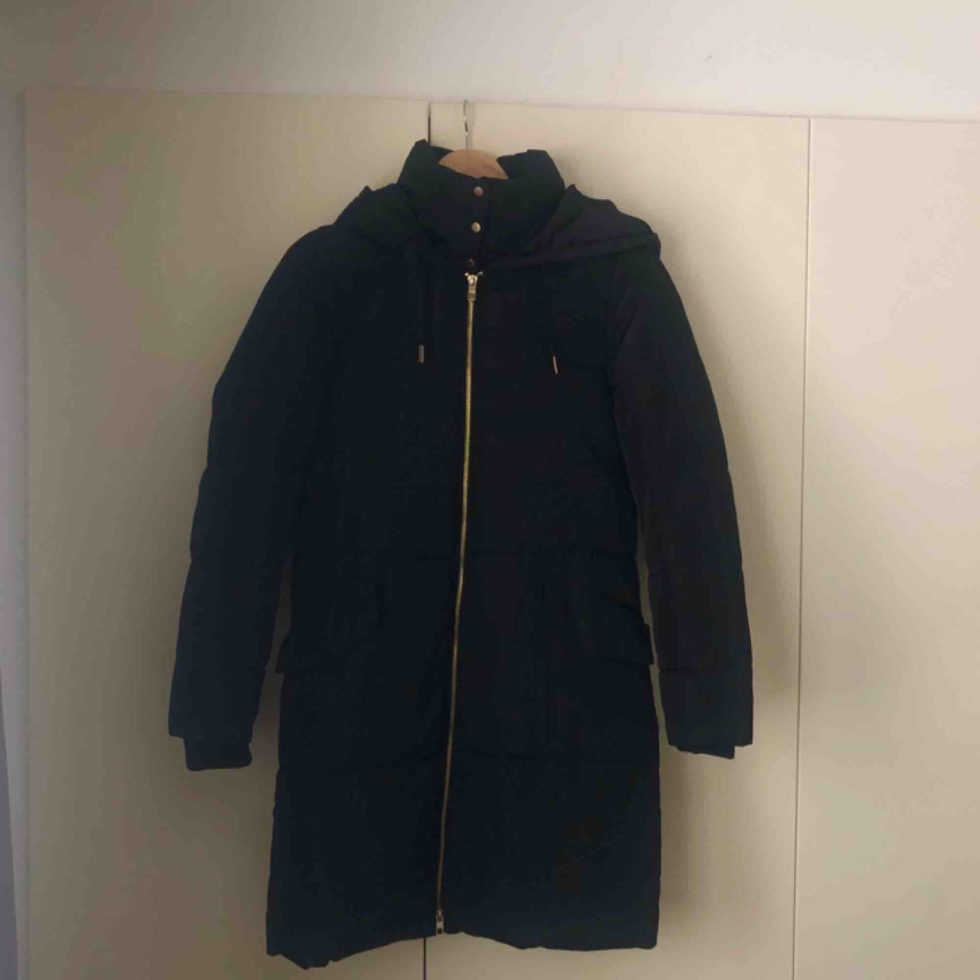 Lång puffjacka från only i strlk xs. Användes förra vintern men säljer den nu då den inte kommer till användning. Frakt ingår i priset🤗. Jackor.