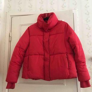 Röd jacka med hög krage. I priset ingår frakt. Ganska normal i storleken skulle jag säga, Perfekt för den som vill Piffa upp sig. Använd max 2ggr så nästan som ny!
