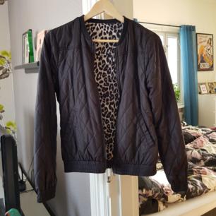 Jacka från vero moda. Går att vända åt båda hållen, svart eller leopard. Använd 2 ggr, köparen står för frakt.