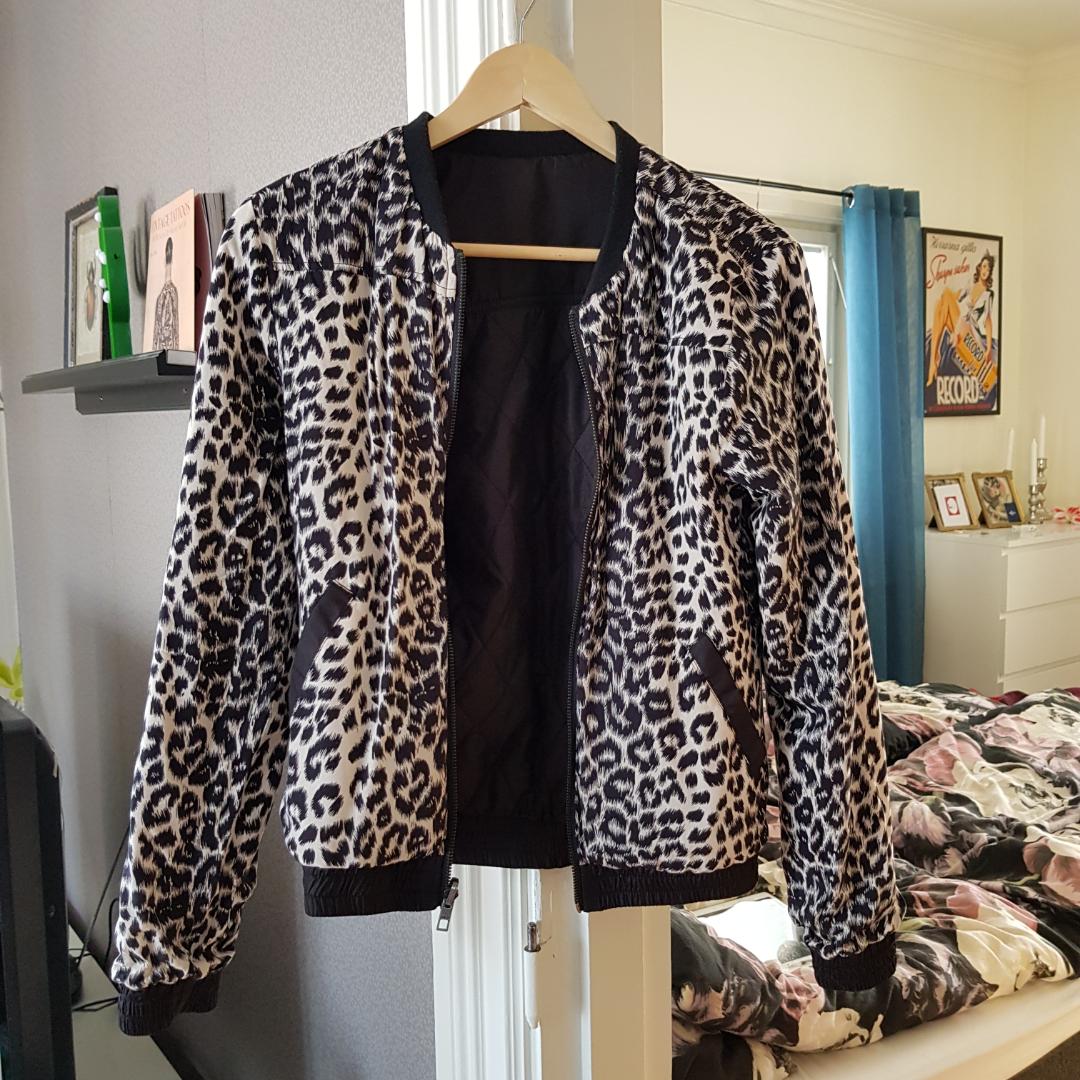 Jacka från vero moda. Går att vända åt båda hållen, svart eller leopard. Använd 2 ggr, köparen står för frakt. . Jackor.