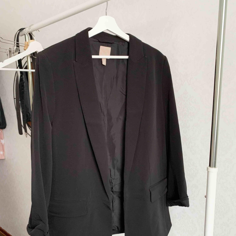 Kavaj från H&M. Oanvänd. Storlek: 50 Pris: 150 kr Köparen står för frakten. Kostymer.