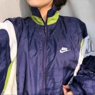 Nike jacka i strl L men passar även mindre storlekar för en oversized look. Bra skick!