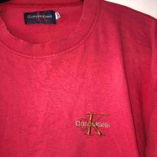 Röd Calvin Klein t-shirt i strl L men passar mindre storlekar!